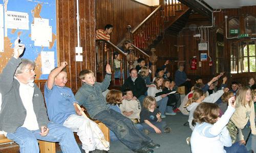 Schulversammlung_in_Summerhill_wikimedia